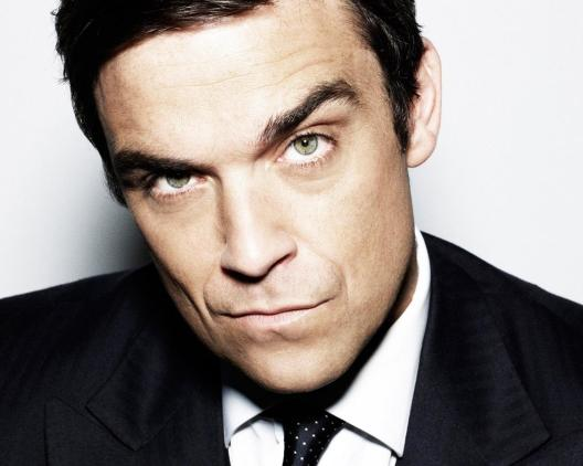 robbie-williams-suit-face-look-tie-2020090066